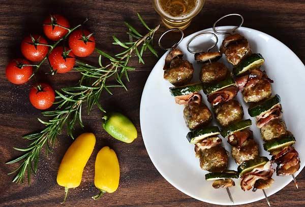 Hähnchenspieße mit Gemüse - gern auf Grillplatten in Europa gesehen